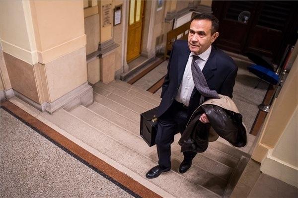 Gyárfás Tamás médiavállalkozó, sportvezető érkezik büntetőperére a Fővárosi Törvényszék épületében