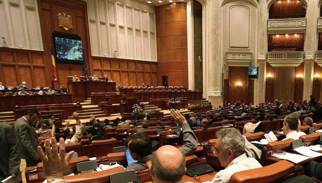 A román parlament munka közben