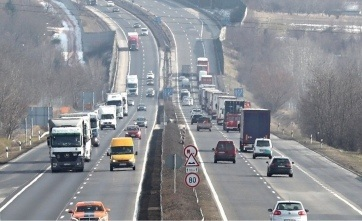 Szerb embercsempészt fogtak el az M1-es autópályán Komáromnál - A cikkhez tartozó kép