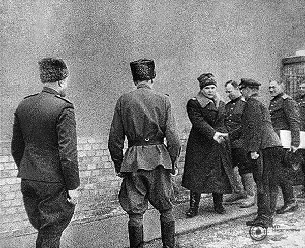 Rogyion Jakovlevics Malinovszkij marsall kezet fog a szovjet Vörös Hadsereg egyik tisztjével