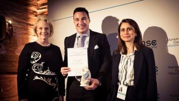 Magyar kutatót díjaztak a világ legrangosabb biztonságpolitikai konferenciáján Münchenben - A cikkhez tartozó kép