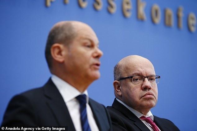 Olaf Scholz pénzügyminiszter és Peter Altmaier, a gazdasági tárca vezetője közös péntek sajtótájékoztatójukon