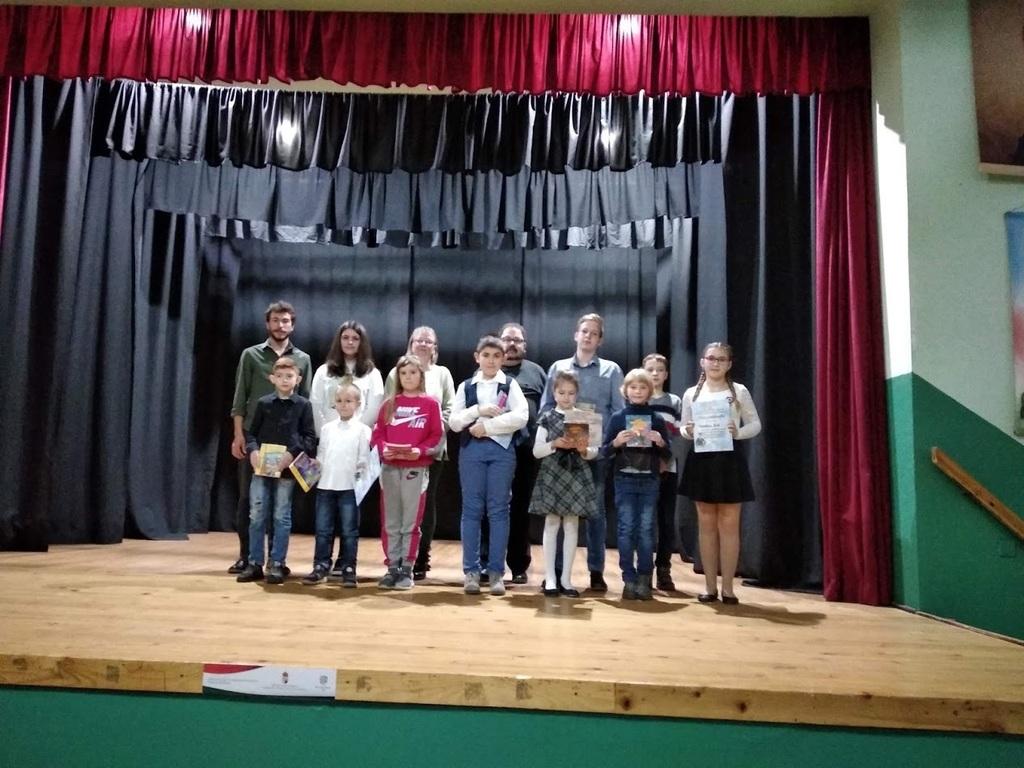 A szavalóverseny díjazottjai a zsűri tagjaival