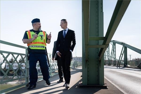 Szijjártó Péter külgazdasági és külügyminiszter a komáromi Erzsébet híd újranyitott határátkelőjénél