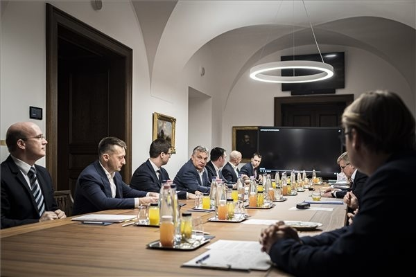 Orbán Viktor miniszterelnök a koronavírus elleni védekezés keretében felállított akciócsoportok vezetőinek jelentését hallgatja meg a Karmelita kolostorban