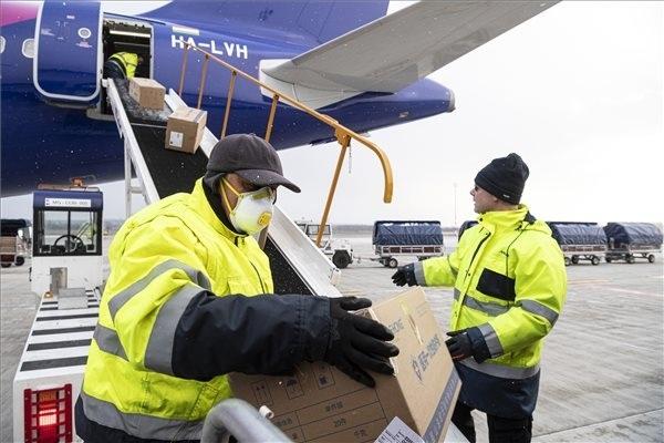 Kipakolják a Wizz Air Sanghajból érkezett repülőgépének szállítmányát a Liszt Ferenc-repülőtéren 2020. március 23-án. A gép a koronavírus elleni védekezéshez használható védőruhából harmincezret, orvosi védőmaszkból nyolcvankétezret hozott