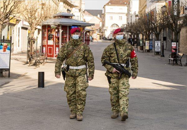 Katonai járőrök Győr belvárosában
