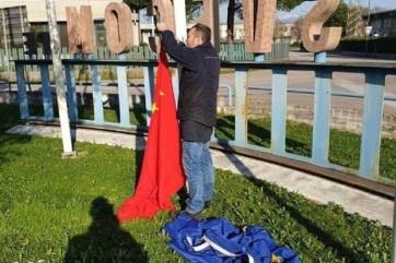 A csalódott olaszok kínaira cserélik az EU-s zászlókat - A cikkhez tartozó kép