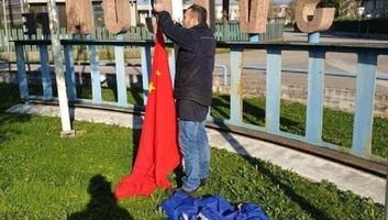 A csalódott olaszok kínaira cserélik az EU-s zászlókat - illusztráció