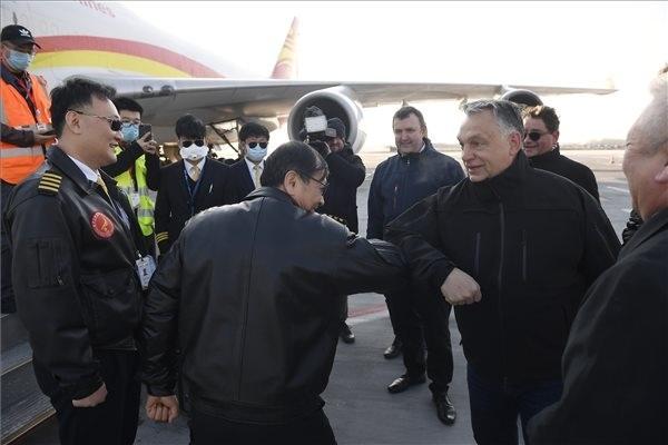 Orbán Viktor miniszterelnök üdvözli a Suparna Airlines Kínából érkezett repülőgépének személyzetét a Liszt Ferenc-repülőtéren. A gép több mint 3 millió maszkot, 100 ezer koronavírus-tesztet és 86 lélegeztetőgépet hozott.