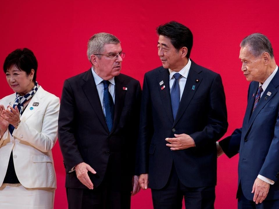 Abe Sinzó (jobbról a második) az olimpia elhalasztását javasolta Thomas Bachnak (balról a második)