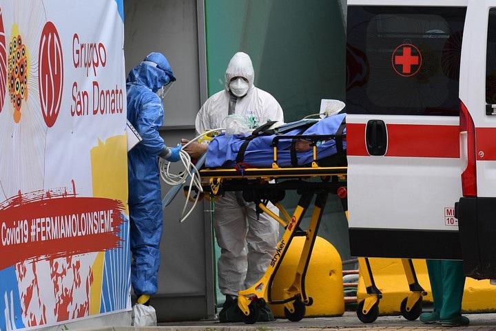 Egészségügyi dolgozók hordágyon visznek egy beteget egy milánói kórház bejáratánál. Kína után Olaszország a járvány által legsúlyosabban érintett állam a világon