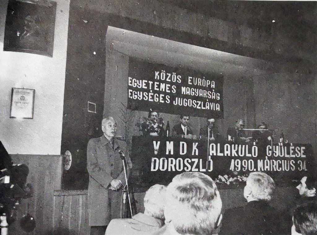 Herceg János író, a VMDK tiszteletbeli elnöke köszönti az alakuló ülés résztvevőit