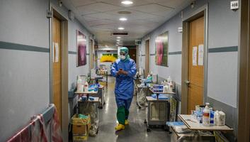 Csökken a kórházban kezeltek száma, továbbra is magas a halottaké Olaszországban - illusztráció