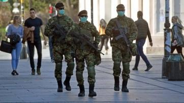 Orosz katonák fertőtlenítik a topolyai kaszárnyát, ahol voltak koronavírus-fertőzöttek - A cikkhez tartozó kép