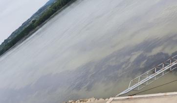 Hatalmas olajfolt a Dunán Újvidéknél - A cikkhez tartozó kép