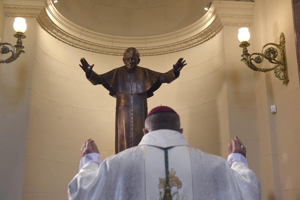Snell György esztergom-budapesti segédpüspök, a Szent István-bazilika plébánosa megáldja a Szent II. János Pál pápa életnagyságú szobrát a főtemplom papi bejárójánál 2020. május 18-án. A néhai pápa születésének századik évfordulója alkalmából felállított szobor Kotormán László és Kotormán Norbert szobrászművészek alkotása, a segédpüspök ajándéka