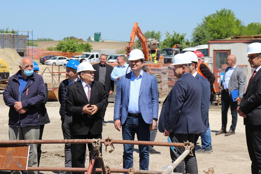 A tartományi és önkormányzati tisztségviselők az építkezésen
