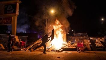 Minneapolis lángokban, a tüntetők felgyújtottak egy rendőrőrsöt - illusztráció