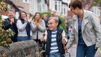 Járókeretével sétálta le a maratont egy 9 éves angol kisfiú, ezzel 30 milliót gyűjtött jótékony célra - illusztráció
