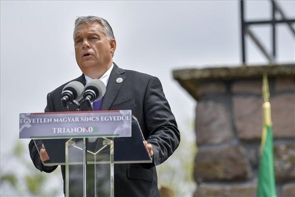 Orbán Viktor miniszterelnök beszédet mond a Centenáriumi Turulszobor avatásán, a Trianoni békediktátum 100. évfordulója alkalmából tartott megemlékezésen