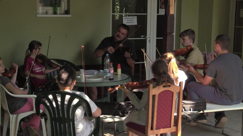 A kezdő és középhaladó prímásokat Vas Endre, a Juhász zenekar tagja oktatja