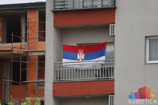 A szerb lobogó