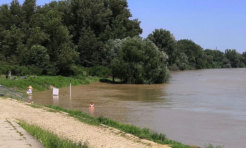 Merész fiatal az áradó folyóban