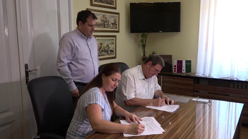 Bálint Zoltán, az akadémia ügyvezetője és Fehér Andrea, a Yumol kivitelező vállalat képviselője hivatalosan is aláírták a szerződéseket, így megkezdődhet az építkezés