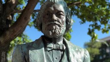 New York államban ledöntötték Frederick Douglass fekete emberi jogi aktivista szobrát - illusztráció