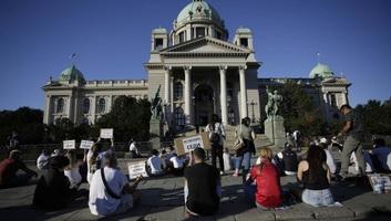A polgárok összegyűltek Belgrádban és Újvidéken, az utcán ülnek az erőszak ellen tiltakozva - illusztráció