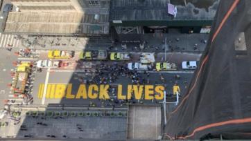 New Yorkban a polgármester is segített BLM-feliratot mázolni az úttesten Trump lakása elé - A cikkhez tartozó kép
