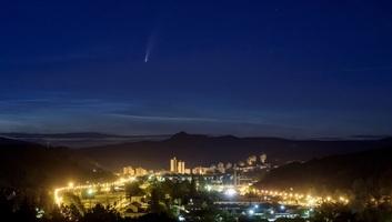 Július közepétől akár szabadszemmel is látható az üstökös, ami 5 ezer év után jár ismét erre - illusztráció
