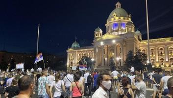 Tiltakozások Belgrádban: Békés tüntetés a szerb parlament épülete előtt, kevesebb résztvevővel - illusztráció
