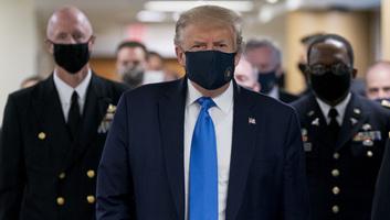 Megtörtént, amire senki sem számított: Trump maszkot viselt egy nyilvános eseményen - illusztráció