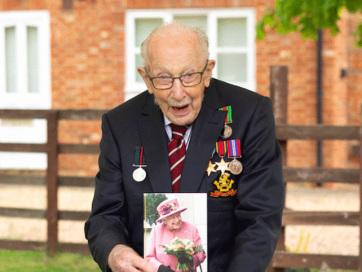 Apja kardjával üti lovaggá II.Erzsébet a 100 éves háborús veteránt, aki milliókat gyűjtött a brit közegészségügynek - A cikkhez tartozó kép