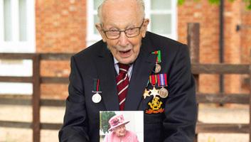 Apja kardjával üti lovaggá II.Erzsébet a 100 éves háborús veteránt, aki milliókat gyűjtött a brit közegészségügynek - illusztráció