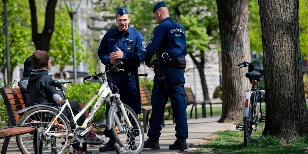 árőröző rendőrök igazoltatnak a fővárosi Erzsébet téren