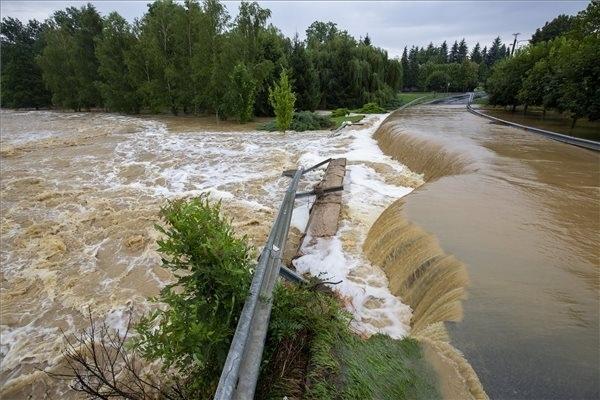 A nagy esőzés miatt vízzel elárasztott és megrongálódott út Zalaszentjakabon