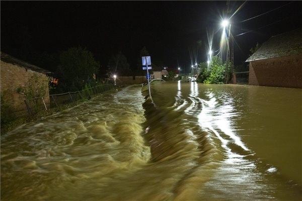 A nagy esőzés miatt vízzel elárasztott út a Zala megyei Surdon