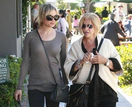 A svédországi magyar és számi kisebbség egyeztetésén pedig az merült fel, hogy mivel Renée Zellweger édesanyja is számi, együtt keresik meg a világhírű amerikai színésznőt