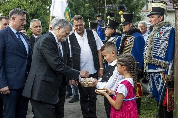 Gyerekek sóval és kenyérrel kínálják Kövér Lászlót, az Országgyűlés elnökét a Kárpát-medencei Búzaösszeöntés Ünnepén