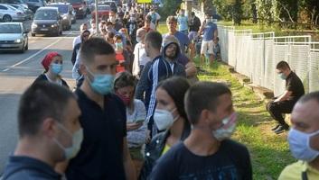 Kígyózó sorok a belgrádi Torlak intézet előtt - illusztráció
