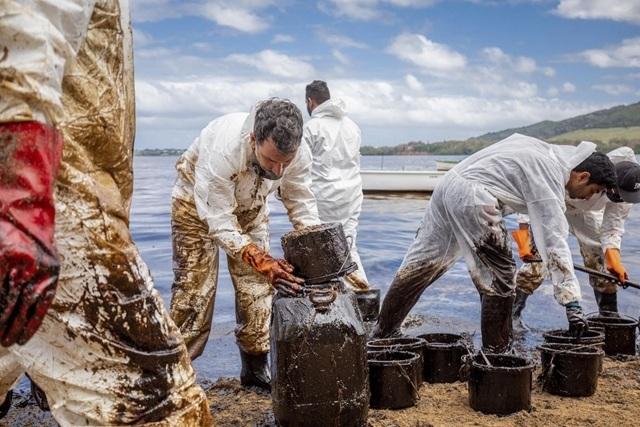 Önkéntesek takarítják az olajjal szennyezett mauritiusi Pointe d´Esny partvidékét