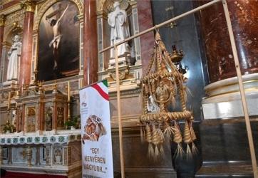 Elhelyezték a Kárpát-medence Aratókoszorúját a Szent István-bazilikában - A cikkhez tartozó kép
