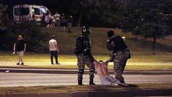 Éles lőszerrel lőttek a tüntetőkre a fehérorosz rendőrök - illusztráció