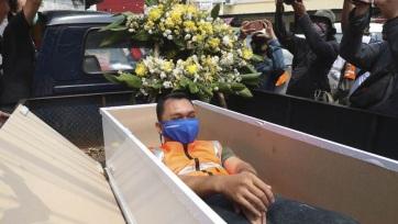 Indonézia: Aki nem visel maszkot, dönthet, pénzbüntetés vagy koporsóban fekvés - A cikkhez tartozó kép