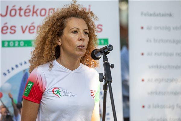 Gui Angéla, az esemény főszervezője beszédet mond az Egy vérből vagyunk jótékonysági futás sajtótájékoztatóján Szegeden, a Honvéd téren