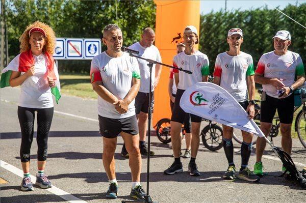 Potápi Árpád János, a Miniszterelnökség nemzetpolitikáért felelős államtitkára, az Egy vérből vagyunk jótékonysági futás résztvevője - aki maga is teljesítette a táv utolsó részét - beszél a futók célba érkezése után