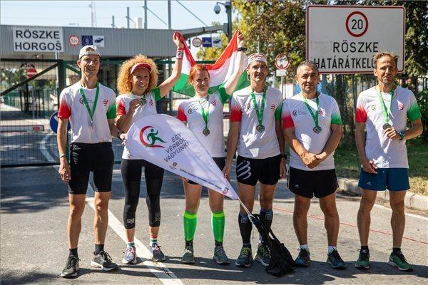Az Egy vérből vagyunk jótékonysági futás résztvevői a célba érkezés után a röszkei határállomáson
